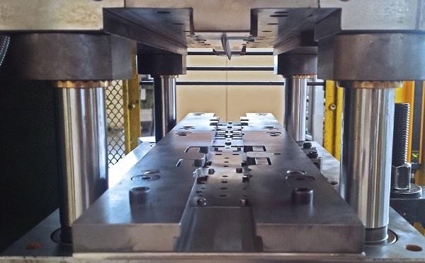 Nella fase di stampaggio è importante tenere conto dell'avanzamento della lamiera