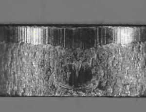 Quando il punzone penetra di una certa quantità, la sezione resistente si assottiglia e viene raggiunto il carico di rottura del materiale il quale cede all'istante generando, sul bordo, una zona di frattura dall'aspetto opaco e ruvido.